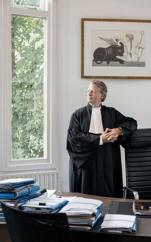 Advocaat in toga op kantoor
